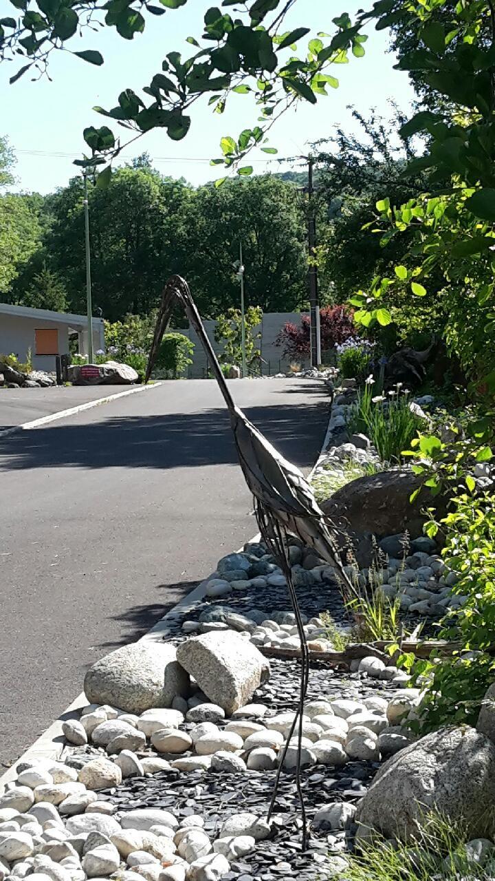 Sculpture de héron devant le camping